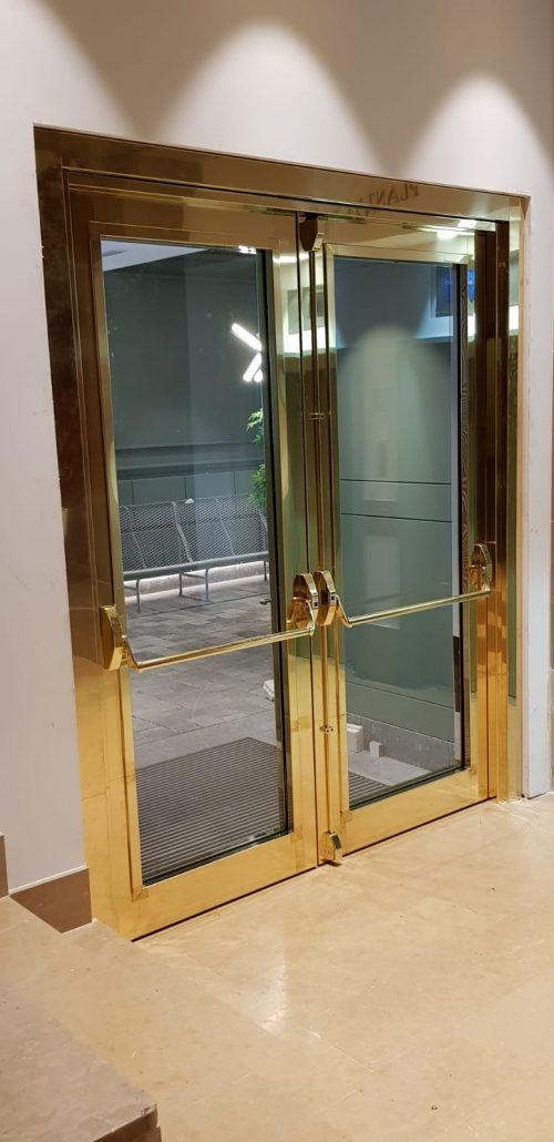Danet Inoxidables - Puerta Vidriada Forrada de Latón